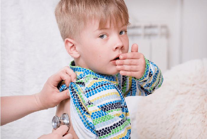 Обследование ребенка который прикрывает рот от кашля